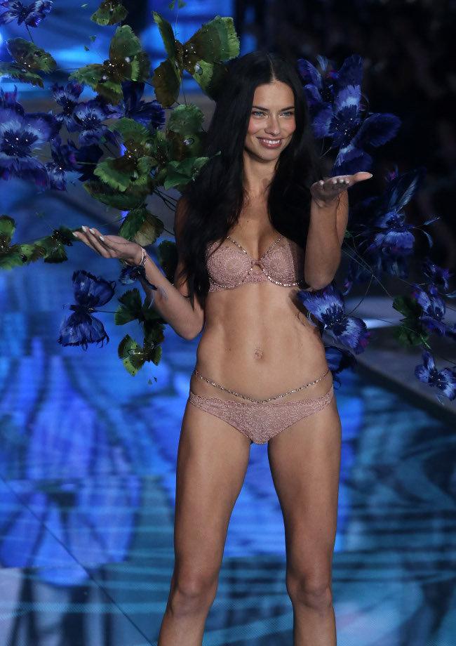 Adriana-Lima-au-Victoria-s-Secret-Fashion-Show-organise-a-New-York-le-10-novembre-2015_portrait_w674