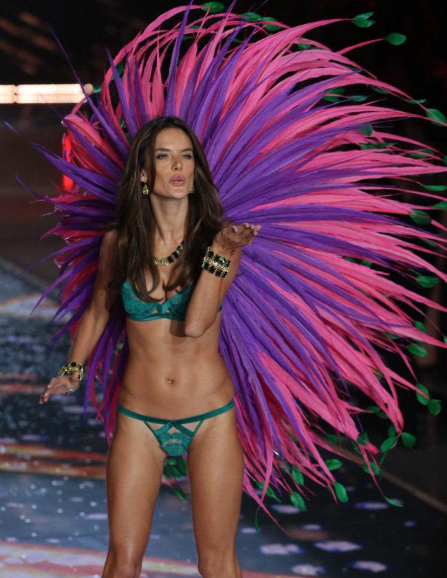 Alessandra-Ambrosio-au-Victoria-s-Secret-Fashion-Show-organise-a-New-York-le-10-novembre-2015_portrait_w674