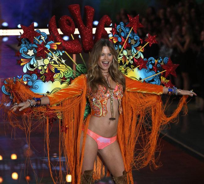 Behati-Prinsloo-au-Victoria-s-Secret-Fashion-Show-organise-a-New-York-le-10-novembre-2015_portrait_w674